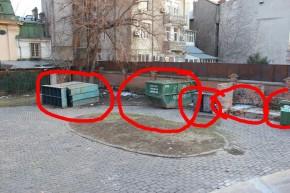 Muzeu de pubele de gunoi in spate