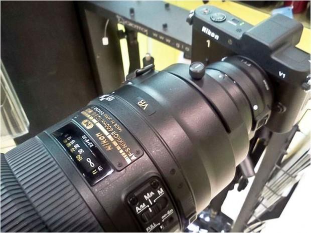 Exemplu de obiectiv Nikkor montat cu adaptor pe un mirrorless Nikon