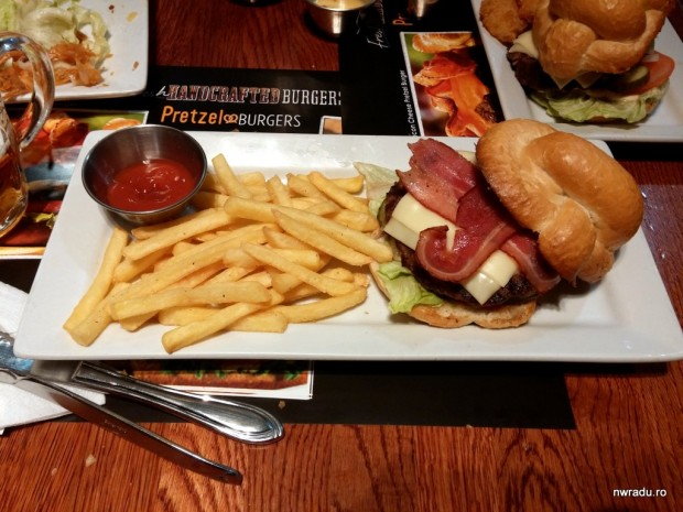 ruby_tuesday_pretzel_burger_08