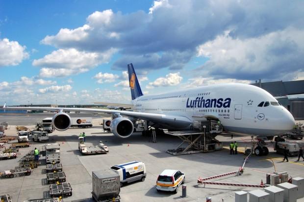 A380-800_of_Lufthansa_in_Frankfurt_Germany_-_Aircraft_ground_handling_at_FRA_EDDF