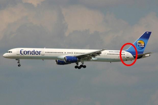 757 are ușa în dreptul stabilizatorului vertical
