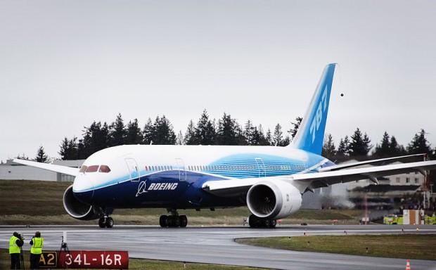 B787-Boeing_787_first_flight_taxi_turn